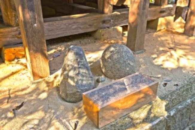 とんがり石と丸石